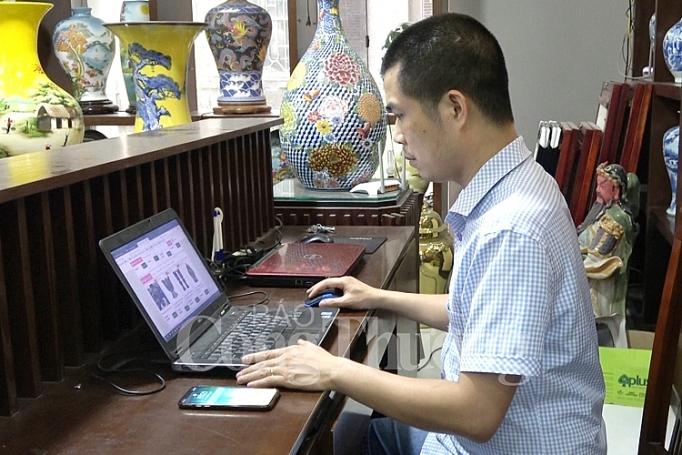 https://congthuong.vn/stores/news_dataimages/ngocmai/052019/13/18/in_article/gom-bat-trang-khoi-sac-nho-len-san-online_2.jpg