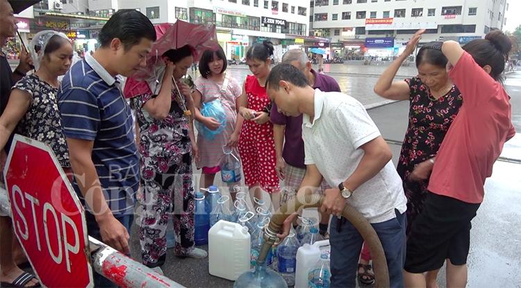 nguoi dan ha noi chat vat xep hang cho nuoc sach