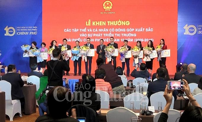 10 nam thi truong trai phieu chinh phu phat trien ngoan muc