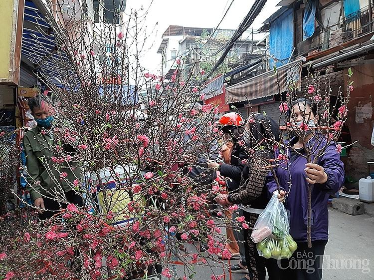 Cành hoa đào nhỏ được nhiều người chọn mua để thắp hương do giá khá hợp lý, khoảng 50.000 đồng/kg
