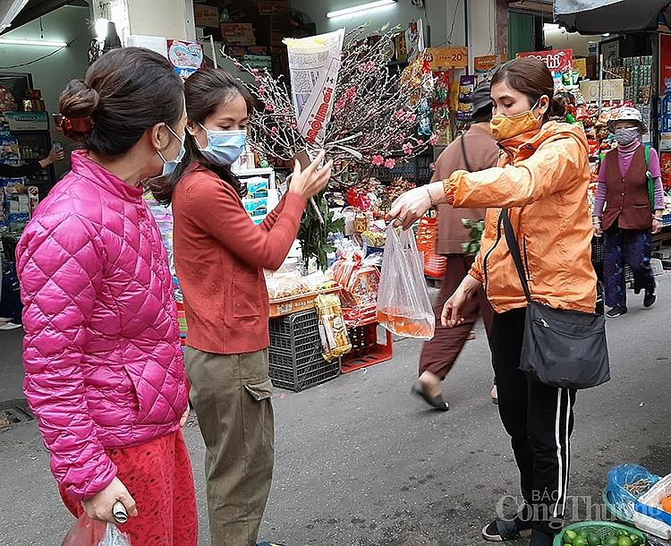 Người dân Hà Nội mua cá chép về thắp hương ông Công, ông Táo