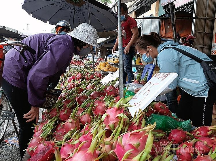 Hoa quả cũng được đông đảo người tiêu dùng mua sắm thắp hương ông Công, ông Táo