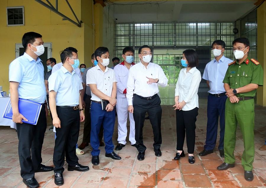 Đoàn công tác của UBND TP.Hà Nội do Chủ tịch Chu Ngọc Anh dẫn đầu, kiểm tra việc phong tỏa Bệnh viện Bệnh Nhiệt đới Trung ương
