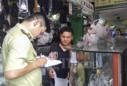 """TP. Hồ Chí Minh: """"Truy quét"""" hàng giả tại chợ Bến Thành"""