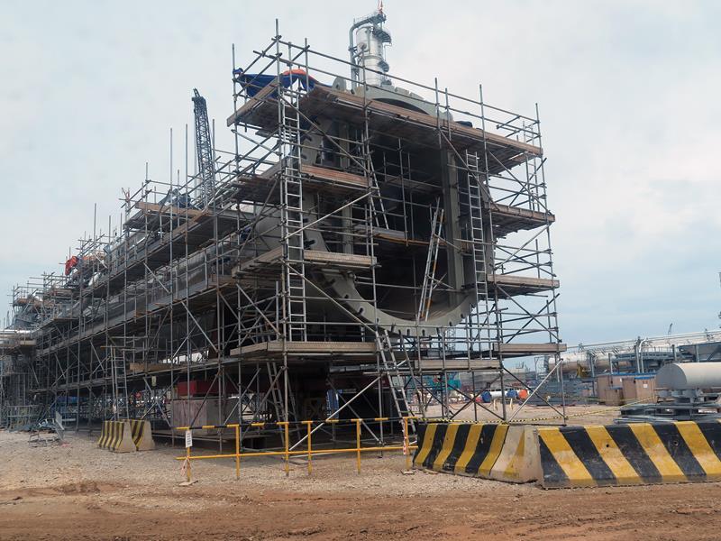 Các thiết bị đang được lắp đặt tại công trường Liên hợp lọc hoá dầu Nghi Sơn. Ảnh T.H