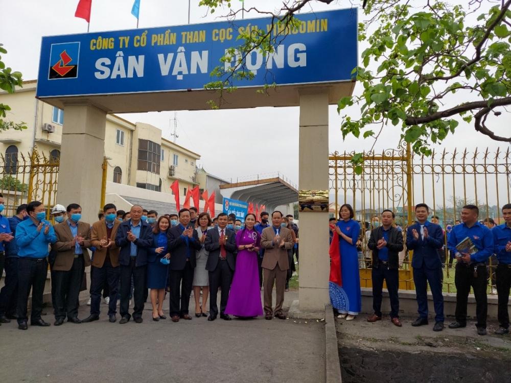 """Công trình """"Sân vận động thanh niên tham gia quản lý"""" của Đoàn Thanh niên Công ty Than Cọc Sáu được gắn biển đúng vào dịp Chào mừng kỷ niệm 90 năm Ngày thành lập Đoàn TNCS Hồ Chí Minh"""