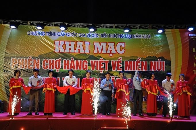 phu tho lan toa phien cho hang viet len mien nui