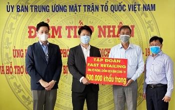 fast retailing ung ho 500000 khau trang phong chong dich
