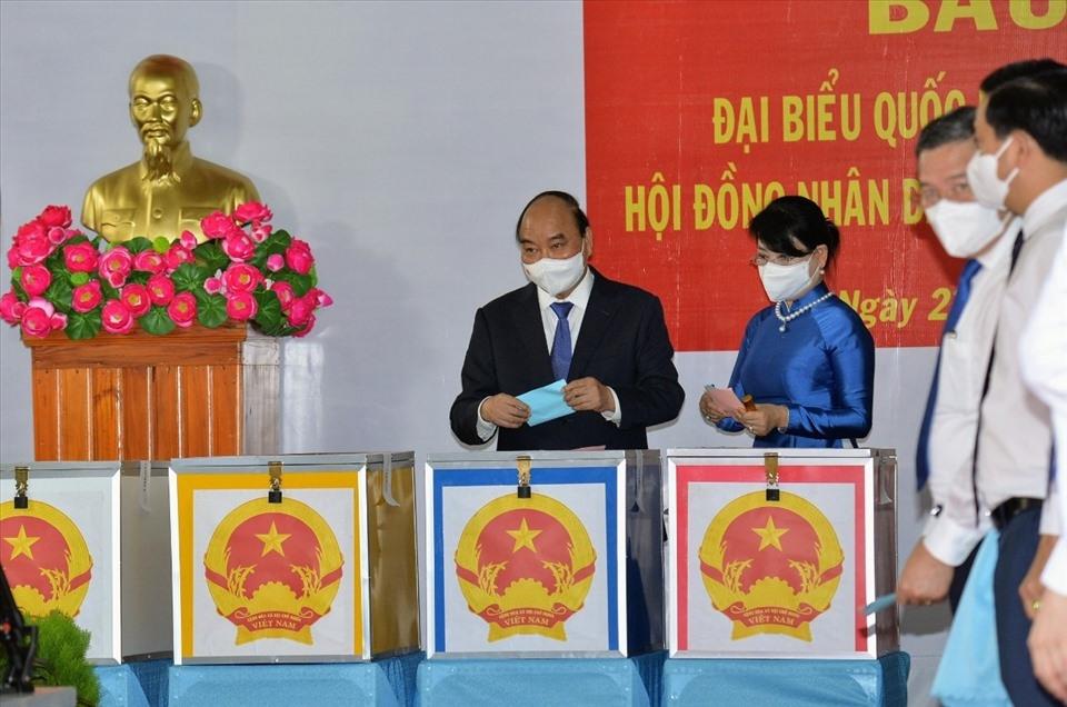 Chủ tịch nước Nguyễn Xuân Phúc và phu nhân là những công dân đầu tiên thực hiện nghĩa vụ công dân tại thị trấn Củ Chi, huyện Củ Chi