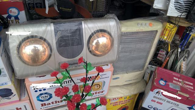 Tại các cửa hàng điện máy, đồ gia dụng, các thiết bị sưởi cũng giảm giá mạnh, hàng chất đống