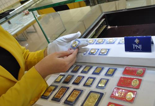 Mỗi lượng vàng miếng SJC đắt hơn quốc tế khoảng 400.000 đồng. Ảnh: Lệ Chi.