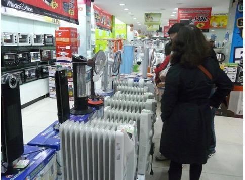 Gian hàng bày bán dòng sản phẩm dành cho mùa đông như máy sưởi, quạt sưởi, bình nóng lạnh, lò vi sóng được nhiều khách hàng quan tâm. Nguồn: FB