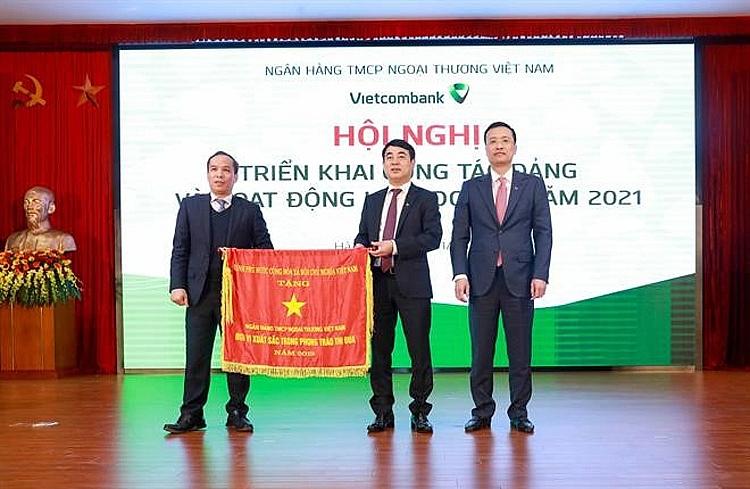 Thừa ủy quyền của Thủ tướng Chính phủ, Phó Thống đốc NHNN Đoàn Thái Sơn trao Cờ thi đua của Thủ tướng Chính phủ cho Vietcombank tại Hội nghị triển khai hoạt động kinh doanh năm 2021 của Vietcombank