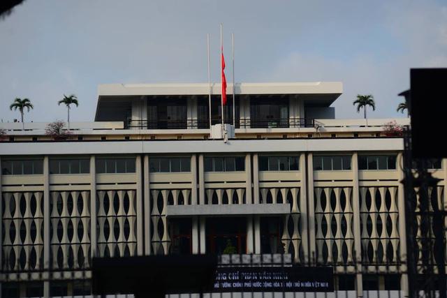 Cả nước treo cờ rủ trong ngày Quốc tang. (Ảnh: Nguyễn Quang)