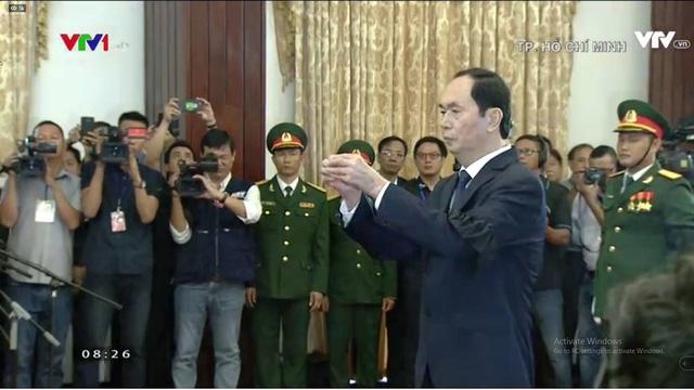 Chủ tịch nước Trần Đại Quang dâng nén hương tiễn biệt.