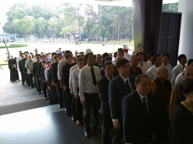 Đoàn người xếp hàng chuẩn bị vào viếng nguyên Thủ tướng tại Hội trường Thống Nhất (Ảnh: Đình Thảo)