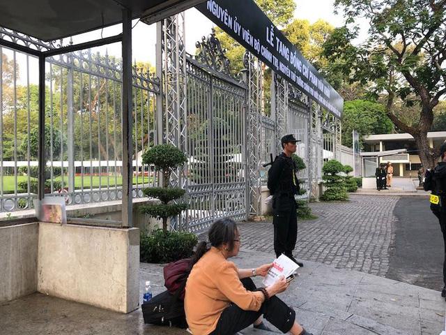 Người phụ nữ chờ viếng cố Thủ tướng Phan Văn Khải từ 2h sáng nay. (Ảnh: Đình Thảo)