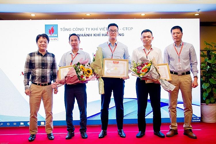 Khen thưởng để tạo động lực phấn đấu cho người lao động