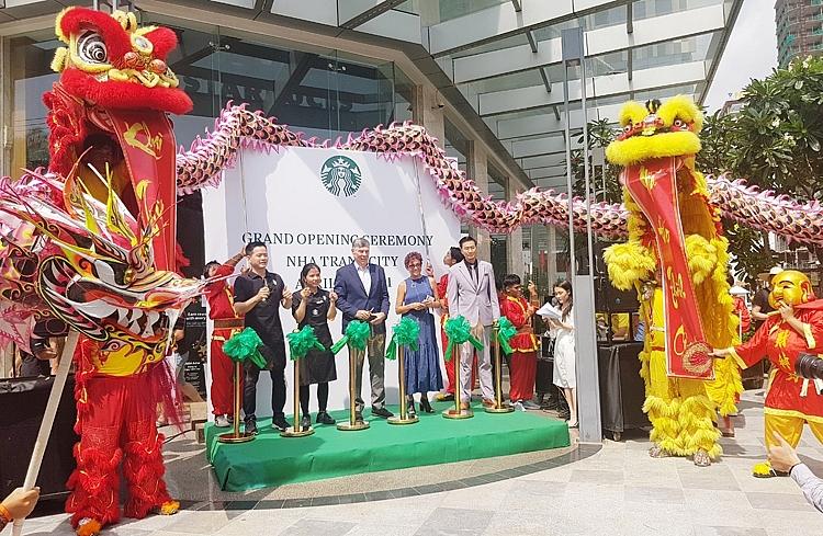 Lãnh đạo Công ty Starbucks Coffee Việt Nam và các thành viên chủ chốt tại Nha Trang cắt băng khai trương cửa hàng Starbucks Vinpearl Beachfront Nha Trang