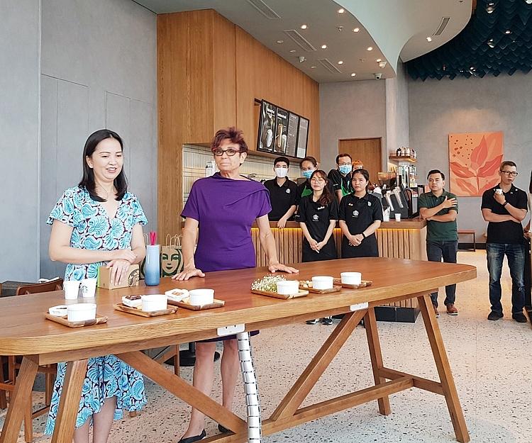 bà Patricia Marques- Tổng Giám đốc Sarbucks Việt Nam đã chia sẻ thông tin, giao lưu cùng báo chí tại cửa hàng Starbucks Nha Trang Center