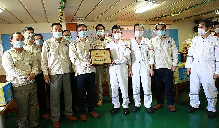 Tổng Giám đốc BSR Bùi Minh Tiến trao tặng biểu trưng ghi nhận chuyến dầu thô thứ 1.000 cho Thuyền trưởng tàu PVT Mercury