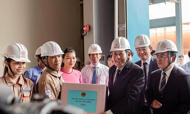 Thay mặt Đảng, Nhà nước, Phó Thủ tướng thường trực Chính phủ Trương Hòa Bình tặng quà động viên người lao động nhà máy