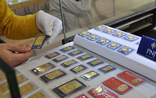 Giá vàng miếng trong nước hiện chênh lệch gần 2 triệu đồng với thế giới.