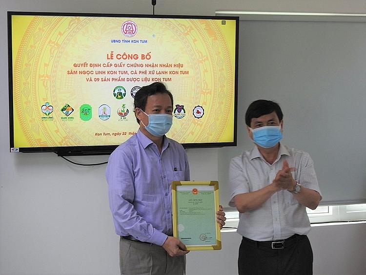 Phó Chủ tịch UBND tỉnh Kon Tum trao giấy chứng nhận đăng ký nhãn hiệu đối với các sản phẩm địa phương