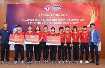 vinamilk trao thuong chuc mung doi tuyen bong da nu quoc gia vo dich dong nam a 2019