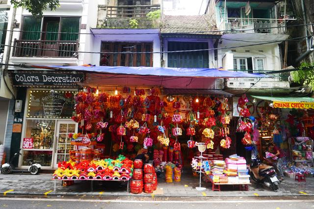 Hàng Mã là phố bán đồ chơi nổi tiếng trong khu phố cổ Hà Nội. Vào các dịp Trung thu, màu sắc của các loại đèn lồng, đồ chơi giăng khắp không gian cổ kính khiến nơi đây trở thành điểm tham quan hấp dẫn.