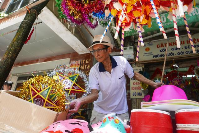Không riêng đèn lồng made in Việt Nam, các loại đồ chơi truyền thống cũng ngày càng được chú ý, bày bán nhiều ở phố Hàng Mã.