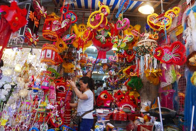 Những mặt hàng đèn lồng, đèn ông sao, đồ chơi Trung thu được các cửa hàng bày khắp không gian mặt tiền, màu sắc bắt mắt.