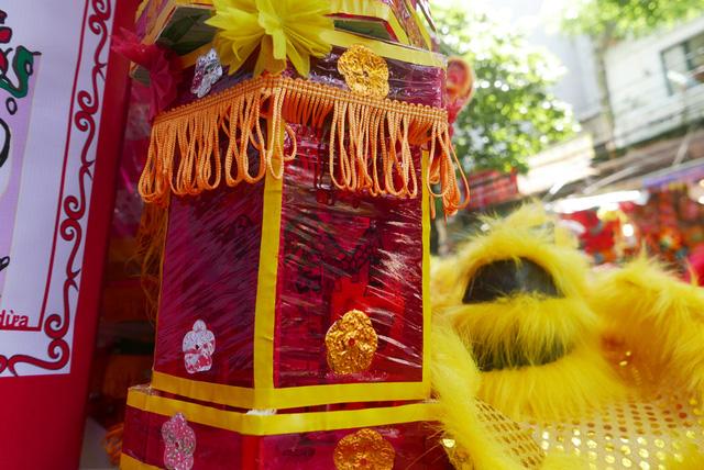 Đèn kéo quân, loại đồ chơi gần như bị lãng quên, nay xuất hiện nhiều trở lại trên các sạp hàng ở phố Hàng Mã. Đèn lồng kéo quân cỡ vừa có giá khoảng 200 - 300 nghìn đồng.