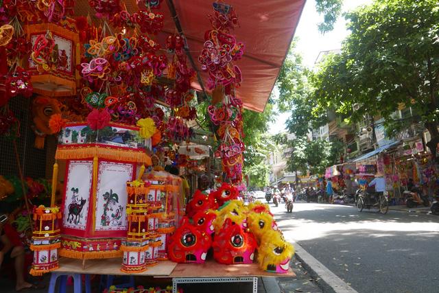 Còn nửa tháng nữa mới tới tết Trung thu nhưng ngay từ những ngày đầu tháng 8 Âm lịch, phố Hàng Mã đã nhộn nhịp hàng hoá, đồ chơi phục vụ thiếu nhi dịp này.