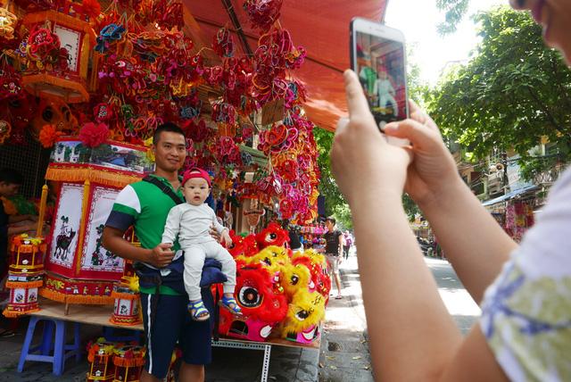 Trung thu cũng là dịp nhiều người tới phố Hàng Mã tranh thủ chụp ảnh lưu niệm giữa không gian rực rỡ màu sắc cổ truyền.