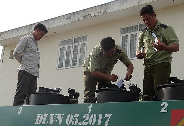 hau giang phat tai xe 70 trieu dong vi cho 6000 lit xang khong ro nguon goc