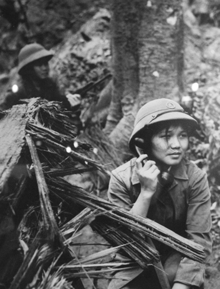 Nữ vô tuyến điện của Quân đội Nhân dân Việt Nam trên đường mòn Hồ Chí Minh (Ảnh: Hứa Kiểm)