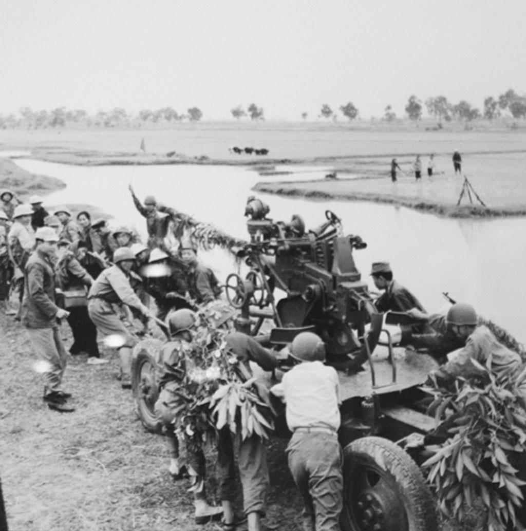 Dân quân nam và nữ giúp bộ đội Bắc Việt Nam kéo pháo lên trận địa Hải Dương năm 1972 (Ảnh: Mai Nam