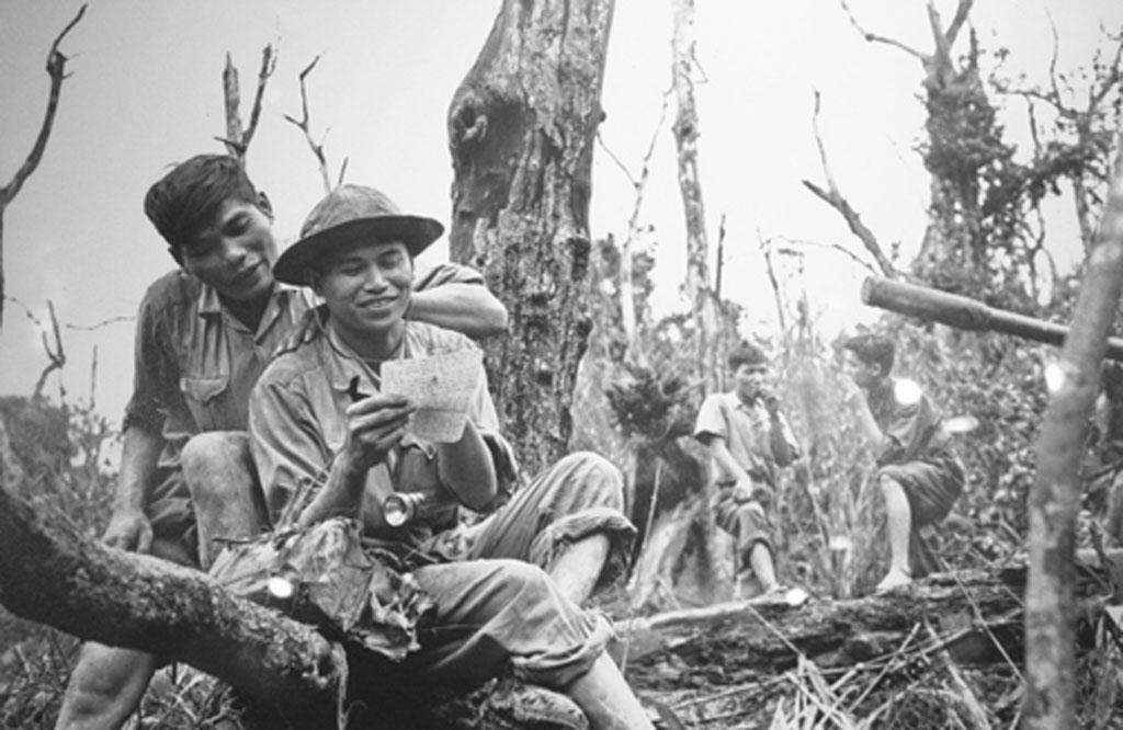 """""""Bộ đội tranh thủ nghỉ đọc thư"""" chụp tại dãy Trường Sơn năm 1972"""