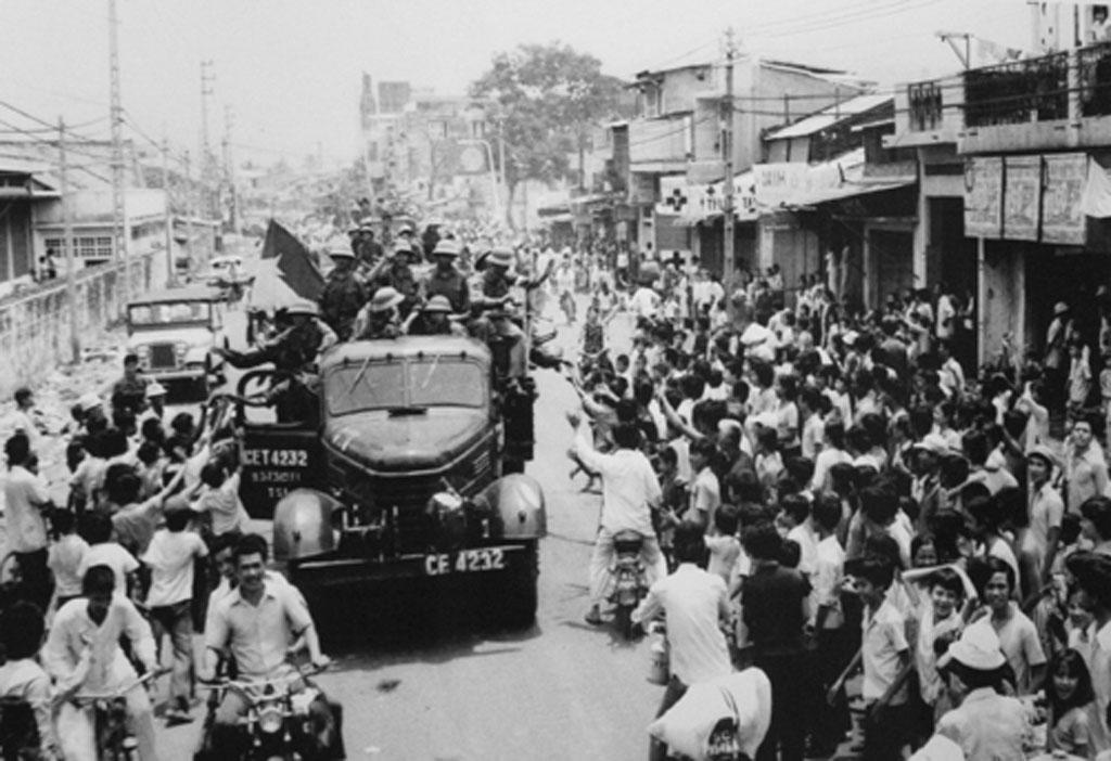Giải phóng Sài Gòn ngày 30-4-1975, nhân dân chào mừng người chiến thắng (Ảnh: Hứa Kiểm)