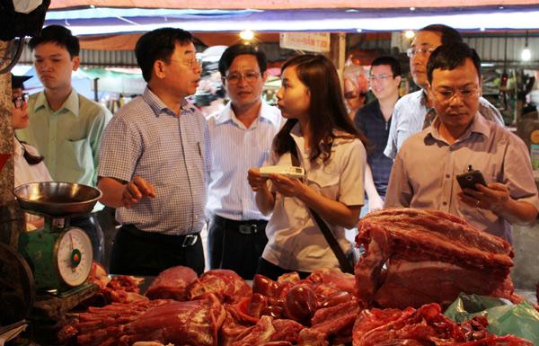 Phát hiện nhiều vi phạm ATTP tại chợ Nghĩa Tân