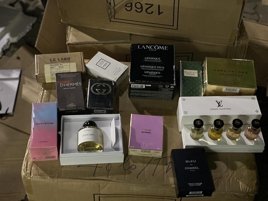Hà Nội: Phát hiện kho nước hoa