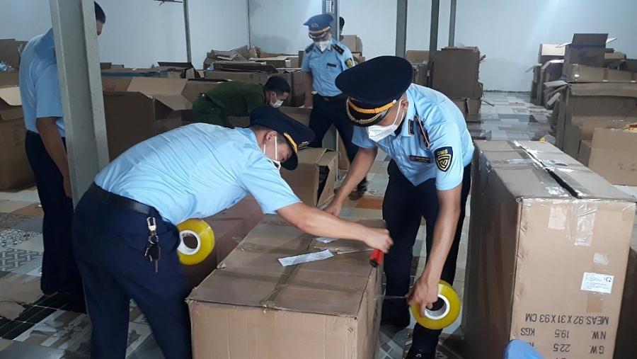 Lực lượng chức năng niêm phong hàng hóa để phục vụ quá trình kiểm đếm