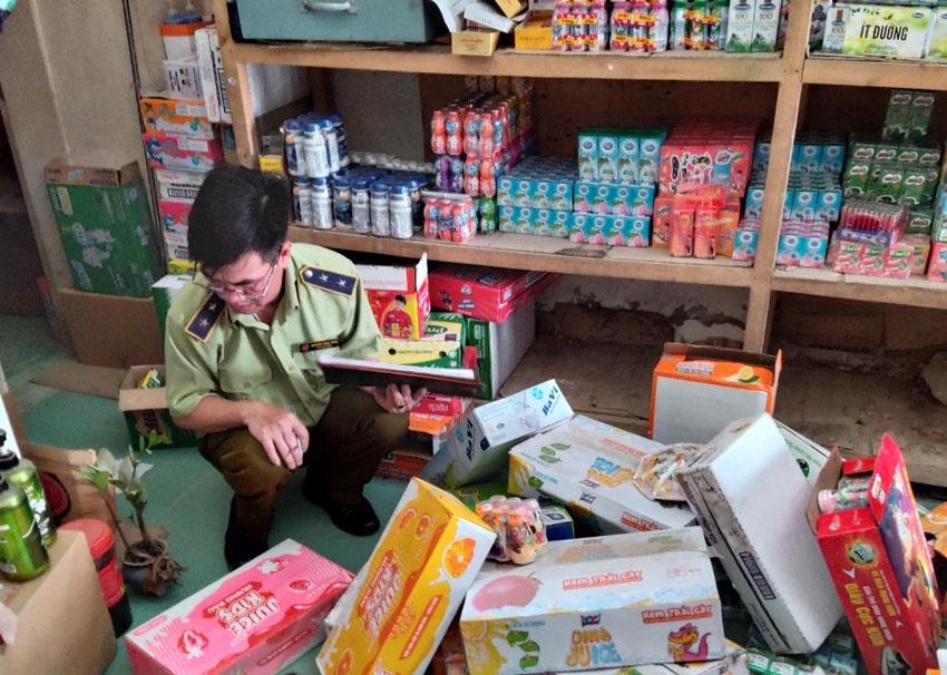 Kiểm soát viên đội QLTT số 8 đang kiểm đếm hàng hóa vi phạm