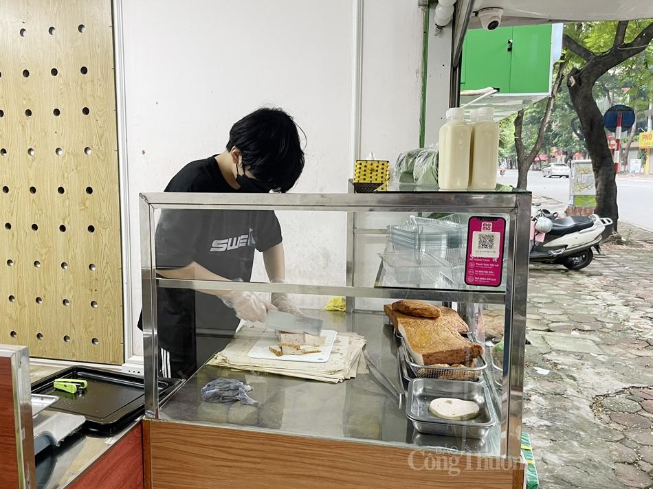 Chủ hàng ăn trên phố Tô Hiệu tất bật chuẩn bị thực phẩm