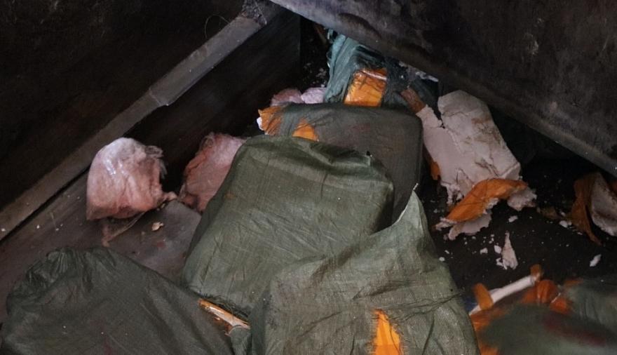 Hàng hóa được tiêu hủy theo hình thức chôn lấp, dưới dự giám sát của các thành viên trong đoàn kiểm tra và đại diện các đơn vị liên quan