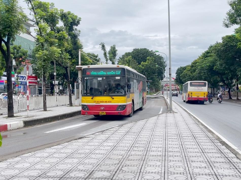 """Hà Nội trở lại """"bình thường mới"""": Hàng quán nhộn nhịp, xe buýt đón khách trở lại"""