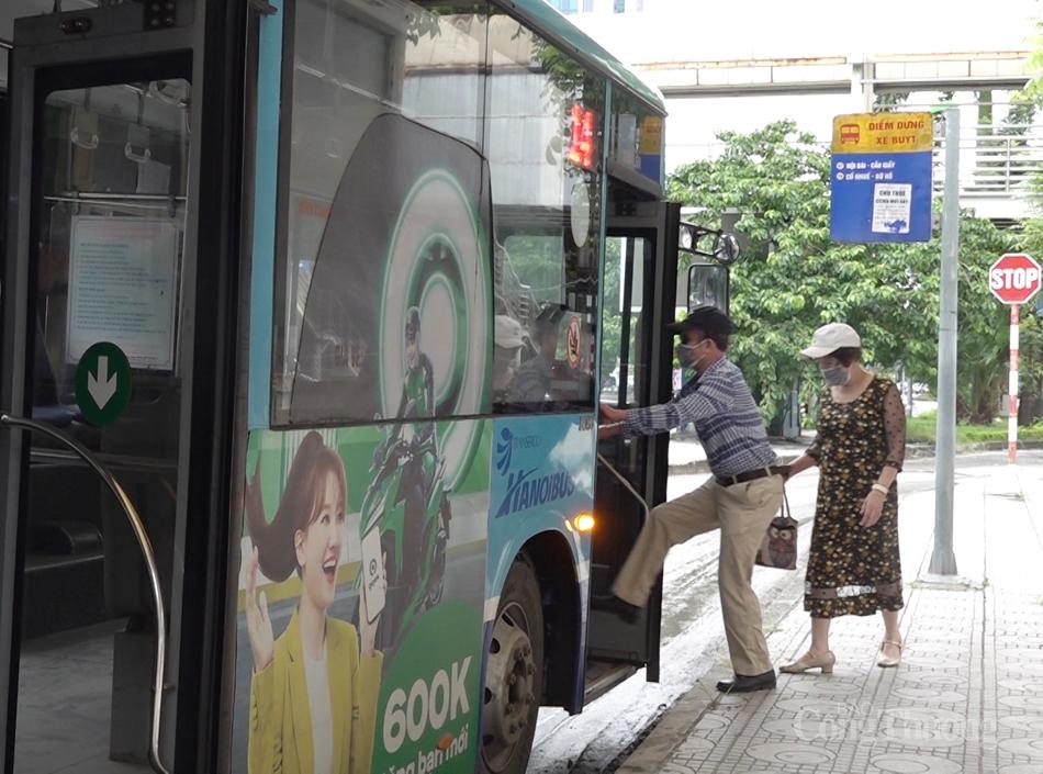 """Người dân Hà Nội đã phấn khởi trở lại trên những chuyến xe buýt đầu tiên, tranh thủ """"nhâm nhi"""" chút tiết trời Hà Nội của những ngày cuối thu. Ông Đoàn Văn Thái (quận Cầu Giấy, Hà Nội) phấn khởi cho biết, dịch bệnh khiến mọi thứ bị ngưng trệ, chỉ ở nhà, bâ"""