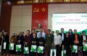 vietcombank tang 100 nha nhan ai va 1000 suat qua cho nguoi ngheo tai ha tinh