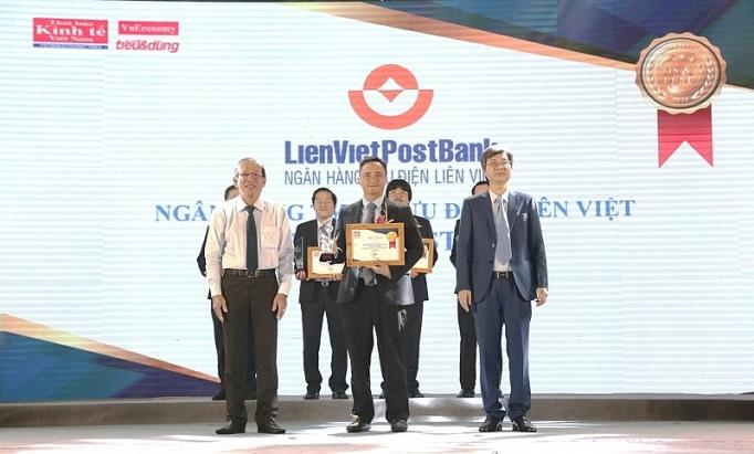 Ông Dương Công Toàn – Thành viên HĐQT LienVietPostBank đại diện nhận cúp của Ban tổ chức Chương trình Tin & Dùng Việt Nam 2018
